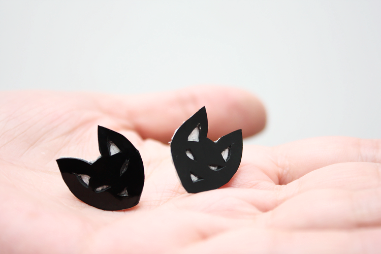 slinkylinks-cat-earrings-hand-2