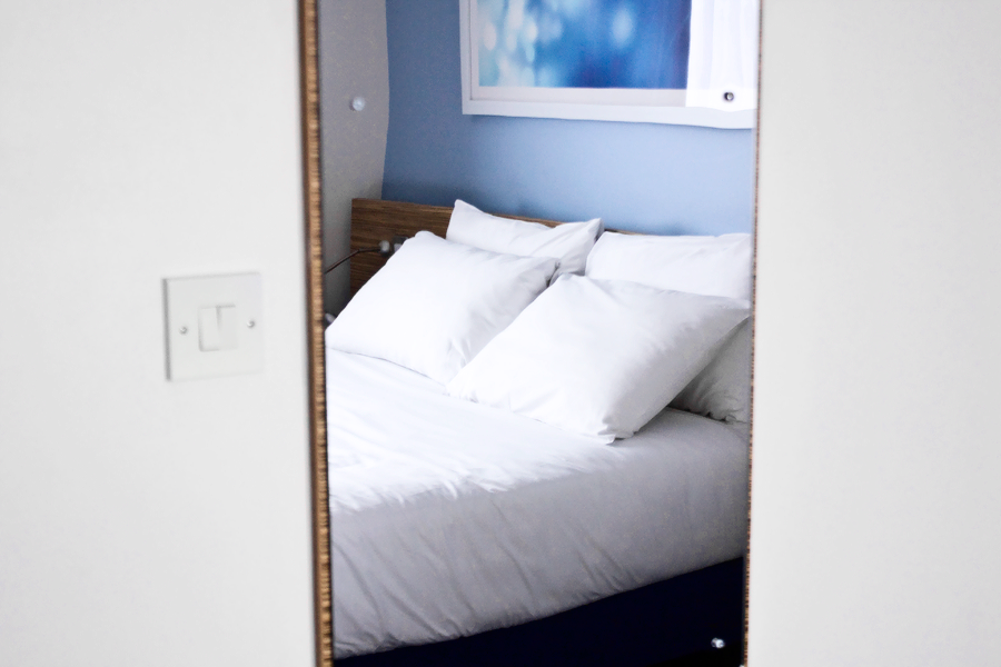 travelodge-mirror-bed